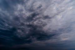 σκοτεινά σύννεφα θύελλας με το υπόβαθρο, σκοτεινά σύννεφα πριν από thunder-storm Στοκ Εικόνες