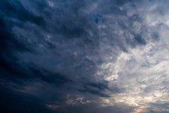 σκοτεινά σύννεφα θύελλας με το υπόβαθρο, σκοτεινά σύννεφα πριν από thunder-storm Στοκ Φωτογραφία