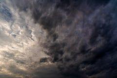 σκοτεινά σύννεφα θύελλας με το υπόβαθρο, σκοτεινά σύννεφα πριν από thunder-storm Στοκ Εικόνα
