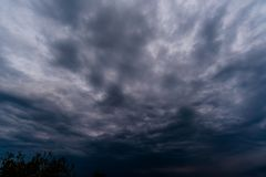 σκοτεινά σύννεφα θύελλας με το υπόβαθρο, σκοτεινά σύννεφα πριν από thunder-storm Στοκ φωτογραφίες με δικαίωμα ελεύθερης χρήσης