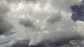 Σκοτεινά σύννεφα θύελλας πριν από τη βροχή απόθεμα βίντεο