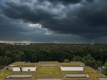 Σκοτεινά σύννεφα με τον ορίζοντα Στοκ φωτογραφία με δικαίωμα ελεύθερης χρήσης