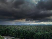 Σκοτεινά σύννεφα με τον ορίζοντα Στοκ εικόνες με δικαίωμα ελεύθερης χρήσης