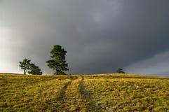 Σκοτεινά σύννεφα πέρα από την επαρχία Στοκ φωτογραφία με δικαίωμα ελεύθερης χρήσης