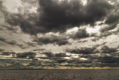 Σκοτεινά σύννεφα πέρα από τη θάλασσα Στοκ φωτογραφία με δικαίωμα ελεύθερης χρήσης