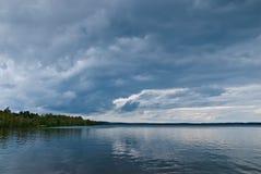 Σκοτεινά σύννεφα πέρα από τη λίμνη Στοκ Εικόνα