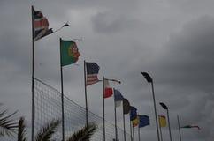 Σκοτεινά σύννεφα πέρα από τις σημαίες των διαφορετικών χωρών. Στοκ εικόνες με δικαίωμα ελεύθερης χρήσης