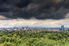 Σκοτεινά σύννεφα πέρα από τον ορίζοντα της Φρανκφούρτης Στοκ Φωτογραφίες
