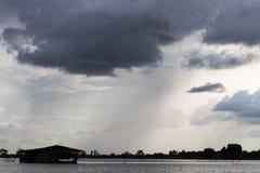 Σκοτεινά σύννεφα πέρα από το παλαιό εξοχικό σπίτι Στοκ Εικόνες