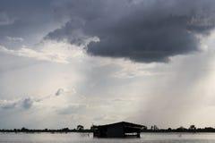 Σκοτεινά σύννεφα πέρα από το παλαιό εξοχικό σπίτι Στοκ Φωτογραφίες