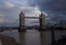 Σκοτεινά σύννεφα που περιβάλλουν τη γέφυρα του Λονδίνου στοκ εικόνα με δικαίωμα ελεύθερης χρήσης