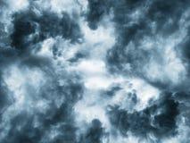Σκοτεινά σύννεφα πριν από thunder-storm Στοκ Φωτογραφία