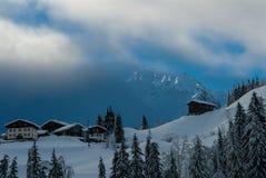 Σκοτεινά σύννεφα στα ευρωπαϊκά όρη το χειμώνα στοκ εικόνες με δικαίωμα ελεύθερης χρήσης