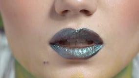 Σκοτεινά χείλια της νέας γυναίκας φιλμ μικρού μήκους