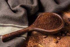 Σκοτεινά ψημένα καθαρά arabica φασόλια καφέ και έδαφος coffe στο W Στοκ εικόνα με δικαίωμα ελεύθερης χρήσης