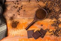 Σκοτεινά ψημένα καθαρά arabica φασόλια καφέ και έδαφος coffe στο W Στοκ φωτογραφίες με δικαίωμα ελεύθερης χρήσης