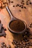 Σκοτεινά ψημένα καθαρά arabica φασόλια καφέ και έδαφος coffe στο W Στοκ Φωτογραφία