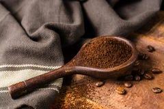 Σκοτεινά ψημένα καθαρά arabica φασόλια καφέ και έδαφος coffe στο W Στοκ Εικόνες