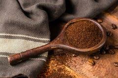 Σκοτεινά ψημένα καθαρά arabica φασόλια καφέ και έδαφος coffe στο W Στοκ εικόνες με δικαίωμα ελεύθερης χρήσης