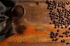 Σκοτεινά ψημένα καθαρά arabica φασόλια καφέ και έδαφος coffe στο W Στοκ φωτογραφία με δικαίωμα ελεύθερης χρήσης
