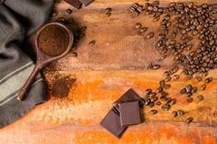 Σκοτεινά ψημένα καθαρά arabica φασόλια καφέ και έδαφος coffe στο W Στοκ Φωτογραφίες