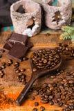 Σκοτεινά ψημένα καθαρά arabica φασόλια καφέ και έδαφος coffe στο W Στοκ Εικόνα
