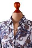 Σκοτεινά floral πουκάμισο και κρεμαστό κόσμημα Στοκ φωτογραφία με δικαίωμα ελεύθερης χρήσης