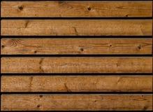 Σκοτεινές καφετιές ξύλινες σανίδες με τη μαύρη απόσταση μεταξύ τους Ελαφρώς φορεμένος επάνω και με στους ξύλινους κόμβους στοκ εικόνες