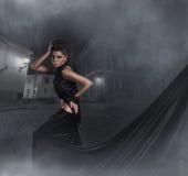 σκοτεινές νεολαίες γυναικών βλαστών μόδας φορεμάτων Στοκ φωτογραφία με δικαίωμα ελεύθερης χρήσης