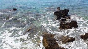 Σκοτεινές πέτρες και πράσινο νερό με τον άσπρο αφρό - αδριατική θάλασσα στοκ φωτογραφία