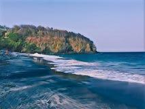 Σκοτεινές παραλία και παραλία άμμου με το απόμακρο βουνό; ψηφιακή απεικόνιση Στοκ φωτογραφία με δικαίωμα ελεύθερης χρήσης
