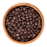Σκοτεινές πτώσεις σοκολάτας στο ξύλινο κύπελλο πέρα από το λευκό Στοκ Φωτογραφίες