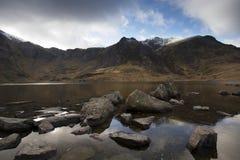 Σκοτεινές σειρά και λίμνη βουνών Στοκ φωτογραφίες με δικαίωμα ελεύθερης χρήσης