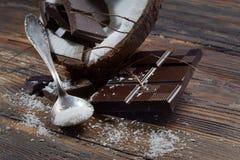 Σκοτεινές σοκολάτα και καρύδα Στοκ φωτογραφία με δικαίωμα ελεύθερης χρήσης