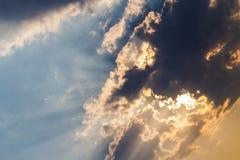 Σκοτεινές σύννεφα και ηλιαχτίδα Στοκ φωτογραφία με δικαίωμα ελεύθερης χρήσης