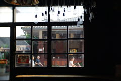 Σκοτεινή άποψη καταστημάτων τέχνης όμορφη εσωτερική με το φως βραδιού παράθυρα, πόρτα Στοκ Εικόνες