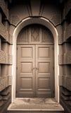 Σκοτεινή άποψη σεπιών της κλειστής πράσινης ξύλινης πόρτας στο ευρωπαϊκό ύφος με το καφετί κτήριο στοκ φωτογραφίες με δικαίωμα ελεύθερης χρήσης