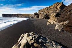 Σκοτεινή αμμώδης παραλία Dyrholaey, Ισλανδία Στοκ Εικόνες