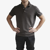 Σκοτεινή γκρίζα μπλούζα σε ένα πρότυπο νεαρών άνδρων στο γκρίζο υπόβαθρο Στοκ εικόνα με δικαίωμα ελεύθερης χρήσης