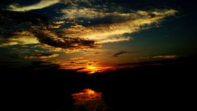 Σκοτεινή δραματική αντανάκλαση ηλιοβασιλέματος στον ποταμό στοκ φωτογραφία με δικαίωμα ελεύθερης χρήσης
