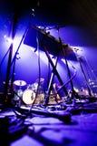 Σκοτεινή εικόνα μιας σκηνής έτοιμης για μια ζωντανή απόδοση ζωνών μουσικής Στοκ Φωτογραφίες