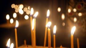 Σκοτεινή εκκλησία κεριών απόθεμα βίντεο