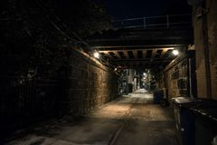 Σκοτεινή και μυστηριώδης αλέα πόλεων με την εκλεκτής ποιότητας γέφυρα σιδηροδρόμων τη νύχτα στοκ εικόνες με δικαίωμα ελεύθερης χρήσης