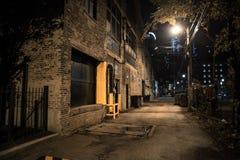 Σκοτεινή και μυστηριώδης αλέα πόλεων τη νύχτα στοκ εικόνα