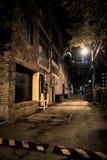 Σκοτεινή και μυστηριώδης αλέα πόλεων τη νύχτα στοκ φωτογραφία με δικαίωμα ελεύθερης χρήσης