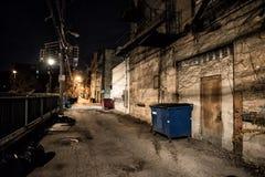 Σκοτεινή και μυστηριώδης αλέα πόλεων τη νύχτα στοκ εικόνες