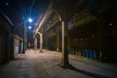 Σκοτεινή και μυστηριώδης αστική αλέα πόλεων τη νύχτα στοκ εικόνα με δικαίωμα ελεύθερης χρήσης