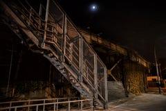 Σκοτεινή και μυστηριώδης αστική αλέα πόλεων τη νύχτα στοκ εικόνες