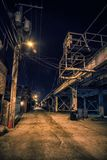 Σκοτεινή και μυστηριώδης στο κέντρο της πόλης αλέα πόλεων τη νύχτα στοκ εικόνες