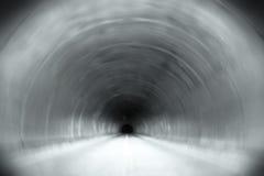 σκοτεινή μακριά σήραγγα τελών Στοκ Φωτογραφίες